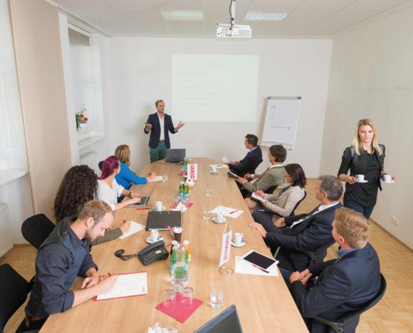 Hauptraum Wirtschaftskammer Kärnten A015, belegt mit Meeting-Teilnehmern